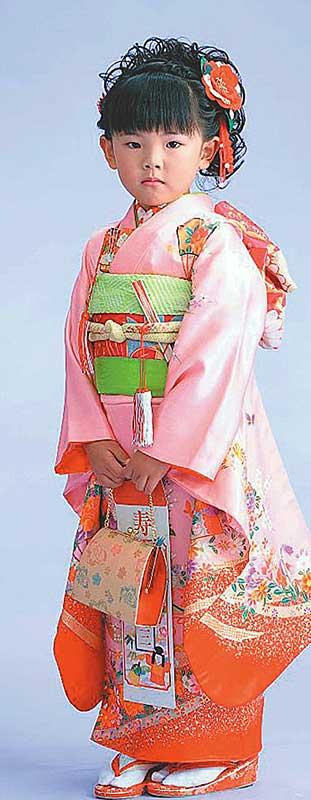 Девочек наряжают в красочные кимоно