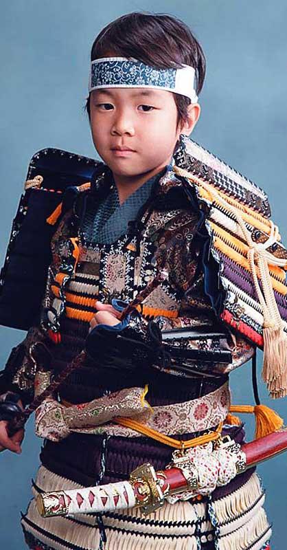 Мальчики подражают национальным воинам – самураям